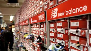 一家中国商店中销售的新百伦商品资料图片