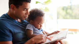 Lire avec ses parents, un facteur positif de développement.