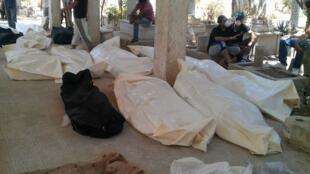 Corpos em cemitério de Qabon, distrito de Damasco, neste domingo, 22 de julho.