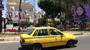 Le centre-ville d'Eslamshahr, où fleurissent les affiches des candidats aux municipales qui ont lieu en même temps que l'élection présidentielle.
