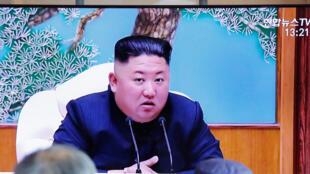 2020年4月21日,韓國人民在電視上播放有關朝鮮領導人金正恩的新聞報道。