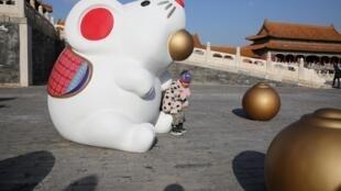 Ảnh chụp trước Tử Cấm Thành, Bắc Kinh ngày 27/12/2019. Chú chuột tượng trưng cho năm Canh Tý nay sẽ cô đơn: Tử Cấm Thành bị cấm vào vì dịch virus corona kể từ 23/01/2020.