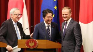 日本首相安倍晉三,歐盟委員會主席榮克與歐洲議會主席圖斯克為日歐簽署自貿協議舉行聯合記者會上,2018年7月17日,東京。