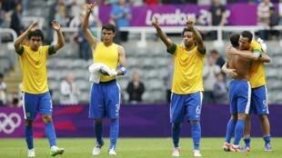 Jogadores brasileiros comomoram vitória por 3 a 2 contra Hoduras nos Jogos Olímpicos de Londres.