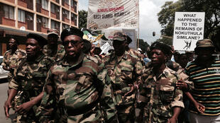 Manifestation de vétérans de la lutte anti apartheid devant le tribunal de Pretoria.
