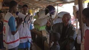 Agentes da Cruz Vermelha trabalham no combate da epidemia do Ebola na Guiné.
