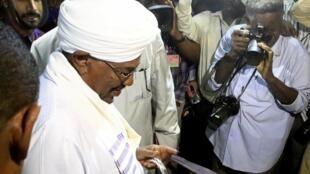 Shugaban kasar Sudan Umar Hassan Al Bashir yana kada kuri'arsa.