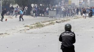 Confrontos na Tunísia entre salafistas e polícia.