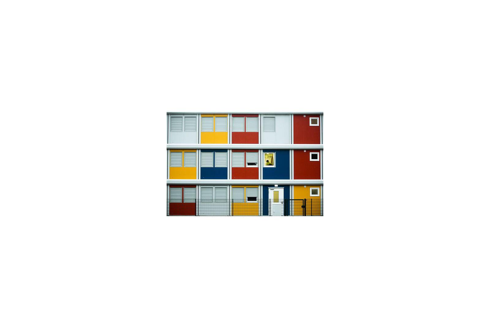 Dans le quartier de Köpenick, dans Berlin Est, se sont montés ces containers colorés comme des lego qui logent temporairement des dizaines de réfugiés.