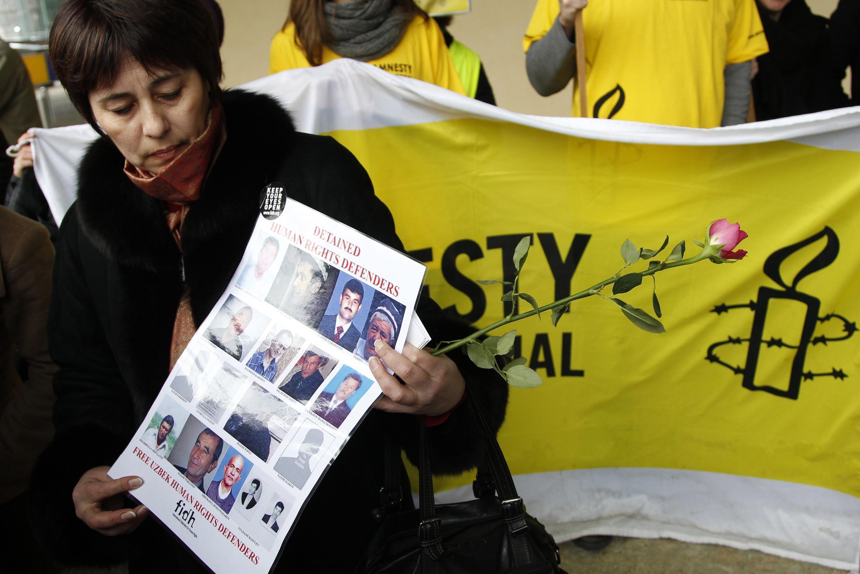 Надежда Атаева во время акции протеста против визита Ислама Каримова в Брюссель.