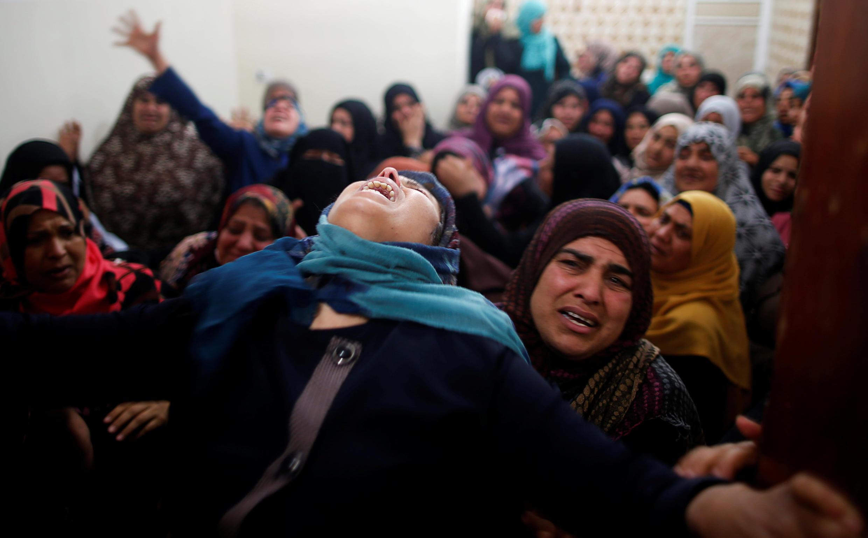 加沙,巴勒斯坦人为在周五示威死亡的家人举行葬礼