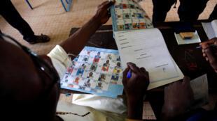 Opération de vote dans un bureau de Bamako au Mali pour la présidentielle du 29 juillet 2018.