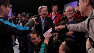 香港2017年特首选举候选人之一曾俊华2017年3月14日与选民见面互动。
