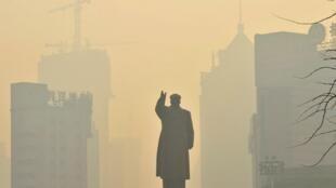 阴霾中的毛泽东雕像2013年5月7日沈阳
