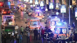Des dizaines d'ambulances ont été mobilisées pour venir en aide aux blessés, après l'attentat qui a frappé l'aéroport d'Istanbul, le 28 juin 2016.
