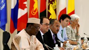 Idriis Debi Itno e Farançois Hollande
