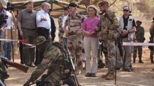 A Alemanha começa a preconizar uma participação militar mais ativa em zonas de conflito. Na foto, a Ministra da Defesa da Alemanha, Ursula von der Leyen,  junto com tropas alemães e francesas no Mali.