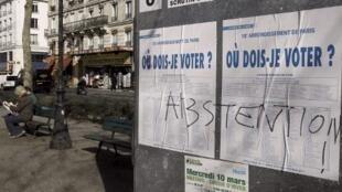 Un panneau d'informations électorales sur lequel est écrit Abstention.