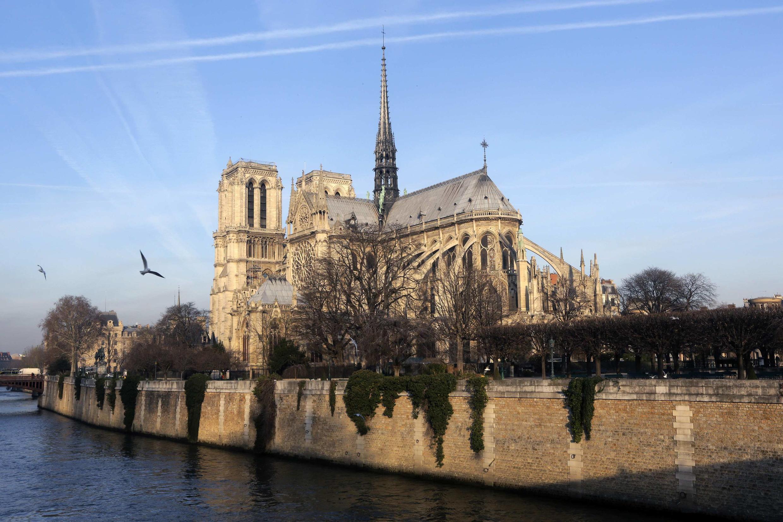 La catedral Notre-Dame a orillas del Sena.