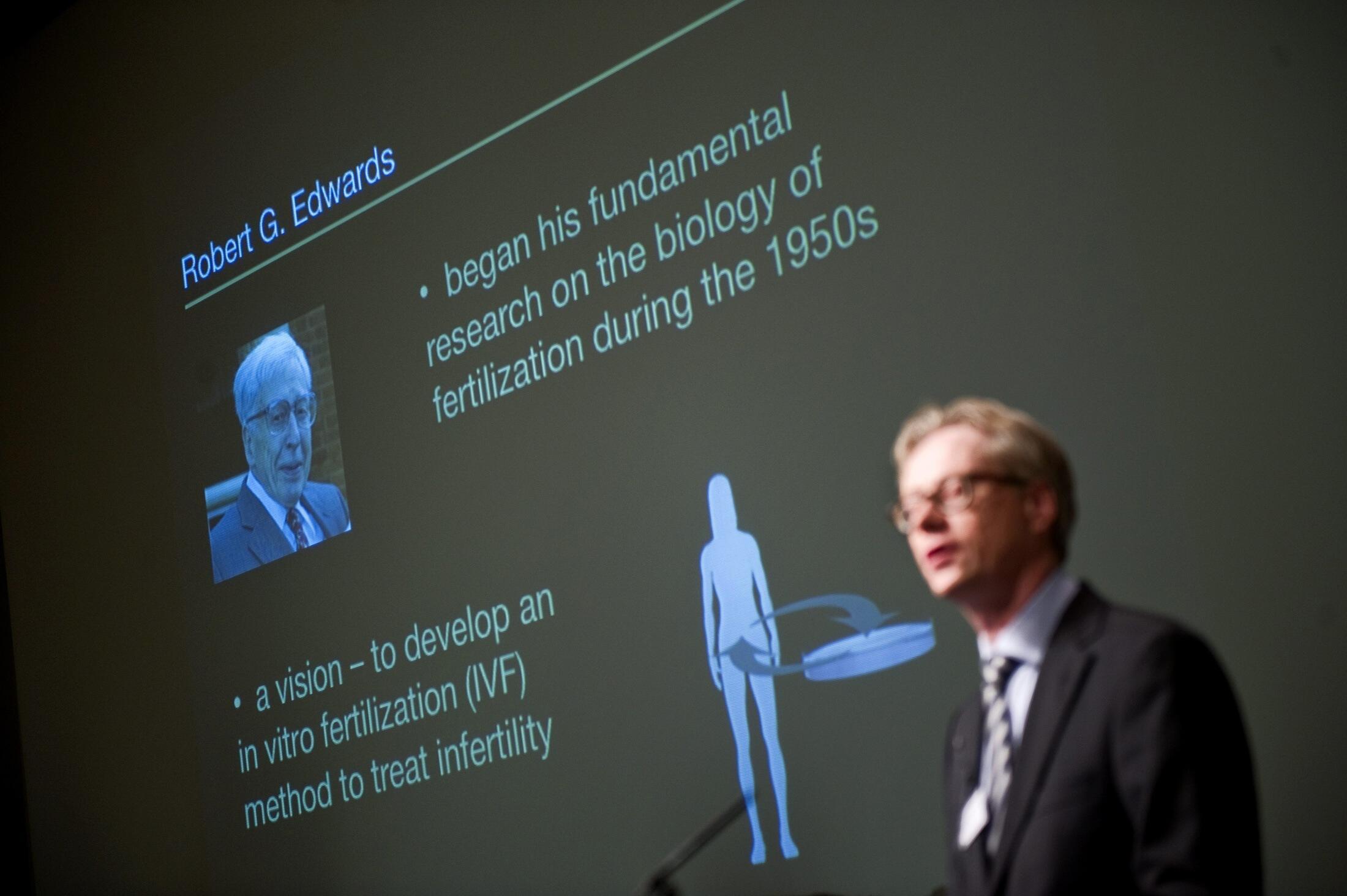 Christer Hoog, membro do instituto Karolinska, anuncia a atribuição do Nobel Medicina à Robert Edwards em Estocolmo, 4 de outubro 2010.