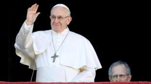Papa Francisco acena da sacada da basílica de São Pedro, no Vaticano, nesta terça-feira (25).