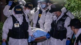 Un equipo forense lleva el cuerpo del alcalde de Seúl Park Won-soon después de que los equipos de rescate descubrieran sus restos mortales, en Seúl el 10 de julio de 2020