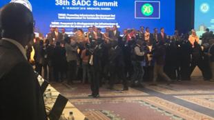 Cohue de photographes et cameramen au début du sommet de la SADC, pour filmer l'arrivée des chefs d'Etat.