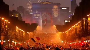 法国球迷在香榭丽舍大街上欢庆法国队获胜 2018年7月15日