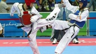 Nguyễn Hữu Nhân (đỏ) trong trận gặp đối thủ Thái Lan tại ASIAD 16, Quảng Châu, Trung Quốc, 2010