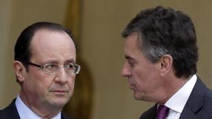 O presidente François Hollande (esq) e Jérôme Cahuzac, quando era ministro do Planejamento em Paris, 4 de janeiro de 2013.