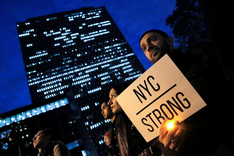 Hommage aux victimes de l'attentat de New York, le mercredi 1er novembre 2017, à Manhattan. Sur la pancarte: «New York city - Forte».