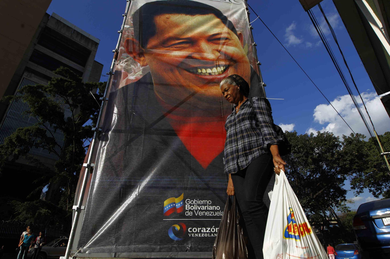 Poster de Hugo Chávez na frente do Hospital Militar de Caracas, onde o presidente estava internado desde 25 de fevereiro de 2013.