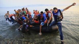 Migrantes sírios desembarcam nesta terça-feira, 11 de agosto de 2015, na Ilha de Kos, na Grécia.