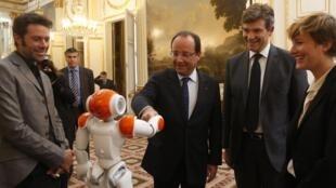 Le robot français Nao, lors de sa présentation au président François Hollande.