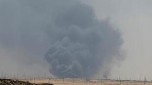 Дым от пожара на НПЗ в Абкайке