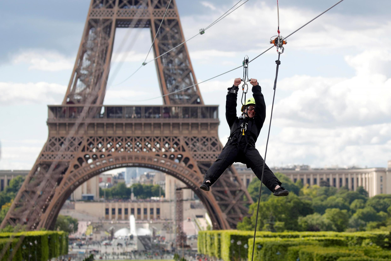 2019年5月29日至6月2日,巴黎埃菲爾鐵塔開設新的娛樂體驗:自距離地面115米高處的埃菲爾鐵塔二層啟程,溜索滑行800米,飛越戰神廣場。圖為5月28日的試飛者。