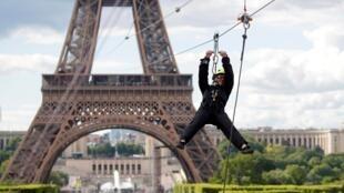 2019年5月29日至6月2日,巴黎埃菲尔铁塔开设新的娱乐体验:自距离地面115米高处的埃菲尔铁塔二层启程,溜索滑行800米,飞越战神广场。图为5月28日的试飞者。