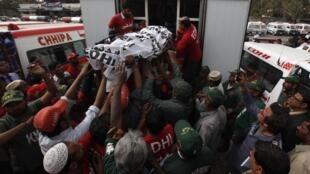 救援人員正在運送一名死亡警員的遺體