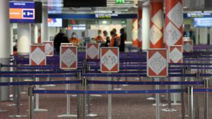 Cartelería con instrucciones sanitarias sobre el covid-19 se observan en la Terminal 2E del aeropuerto Roissy-Charles de Gaulle, cerca de París, el 18 de marzo de 2021