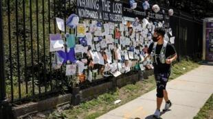 Les noms de personnes décédées du Covid-19 sont placardés aux grilles du cimetière de Green-Wood, à Brooklyn, le 27 mai 2020.