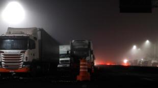 Caminhões bloqueiam a rodovia BR-116, em Embu das Artes, São Paulo, durante greve da categoria, em 28 de maio de 2018.