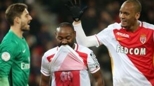 Vagner Love (centro) e Fabinho (à dir.) comemoram gol na vitória de 2 a 0 do Mônaco sobre o PSG.