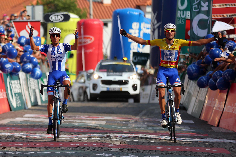 O ciclista Amaro Antunes (esquerda), da W52-FC Porto, venceu a etapa ao lado do colega de equipa e camisola amarela, Raúl Alarcón (direita), no final da 9ª etapa da 79ª Volta a Portugal em bicicleta.