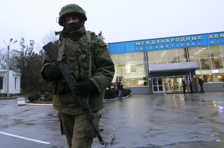 Homem armado em frente ao aeroporto de Simferopol.
