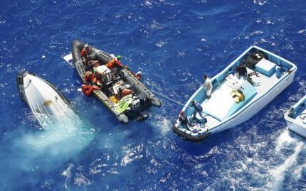 Активисты Гринпис оказывают помощь своим товарищам с перевернувшейся лодки после поыптки остановить рыбацкие шхуны у берегов Мальты.