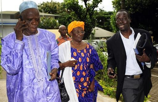 Foumba Kourouma (g) le doyen de la Commission électorale, Aminata Mame Camara (c), l'ex-présidente par intérim de la Céni et Pathe Dieng (d) de la Céni, à Conakry, le 15 septembre 2010.