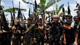 Ameril Umbra Kato (3e du premier rang), le leader des Combattants islamiques pour la liberté de Bangsamoro (BIFF) lors d'une réunion clandestine en août 2011, à Unsay, sur l'île de Mindanao.