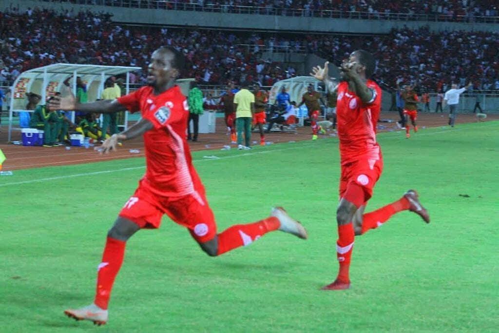 Kiungo mshambuliaji wa Simba, Mzambia, Claotus Chama akishangilia baada ya kufunga bao la ushindi dhidi ya AS Vita ya DRC, Tarehe 16 Machi 2019