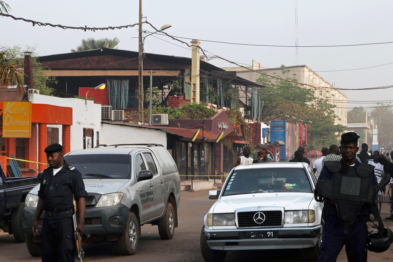 Cảnh sát Mali phong tỏa khu phố có quan ăn La Terrasse, nơi diễn ra vụ tấn công khủng bố đẫm máu trong  đêm 6/3 2015.