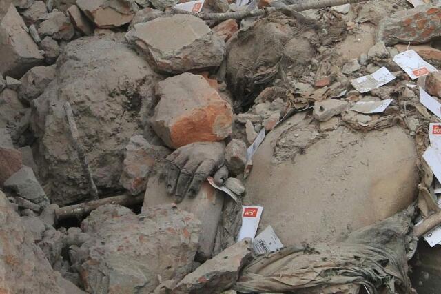 Corpo de operário é encontrado entre os destroços do Rana Plaza, em Bangladesh.